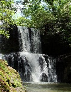 Cachoeira próximo do Parque arqueológico de Peirópolis - Uberaba, MG.