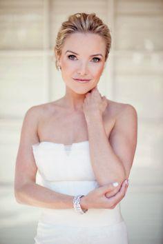 stunning & the bride looks like kate hudson's twin.