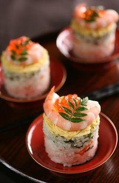 This sushi looks amazing. fancy sushi, anyone? Sushi Comida, Sushi Sushi, Shrimp Sushi, Sushi Rolls, Sushi Japan, Sushi Love, Homemade Sushi, Mets, Japanese Food