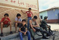 """<p>1985. Niños curiosos muestran sus rostros más severos mientras acompañan a uno soldados que descansan en un poblado de El Salvador. Más recientemente, en 2006, en el conflicto de la República Democrática del Congo, UNICEF registró más de 30 mil niños soldados, llamados """"kadogos"""". UNICEF denuncia que los niños soldados son útiles porque son manipulables y su poco nivel de raciocinio permite que sean ga..."""