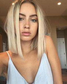 Straight but messy short hair and natural makeup. Straight but messy short hair and natural makeup. Messy Short Hair, Short Hair Cuts, Short Hair Styles, Short Blond Hair, Blunt Blonde Bob, Short Platinum Blonde Hair, Short Hsir, Straight Shoulder Length Hair Cuts, Blonde Short Hairstyles