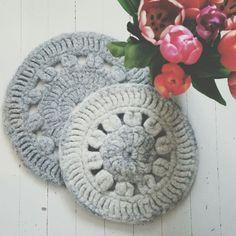 To tovede sitteunderlag til kalde vinterdager ❄ #dropsdesign #dropsandes #tovet #felted #hekling #crochet #diy #vscocam Drops Design, Instagram Images, Instagram Posts, Kids Rugs, Photo And Video, Knitting, Crochet, Home Decor, Shop
