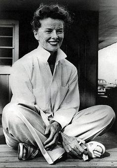 Katharine Hepburn (1907 - 2003)  fue una actriz estadounidense, la única en ganar cuatro premios Óscar y una de las más nominadas con doce candidaturas. Célebre por la combinación única de talento, belleza distinguida y espíritu independiente.