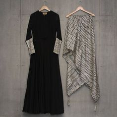 Looking for plain salwar and heavy dupatta combinations? Check out 10 cool ideas for you to shop the best one and look dashing on it! Indian Fashion Dresses, Dress Indian Style, Indian Designer Outfits, Salwar Designs, Kurti Designs Party Wear, Blouse Designs, Plain Kurti Designs, Pakistani Dress Design, Pakistani Outfits