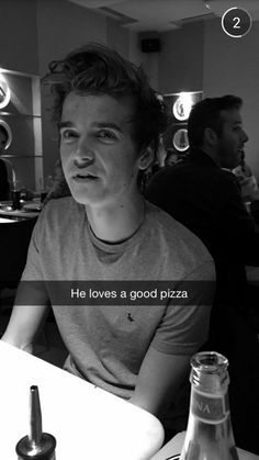 aha i love pizza toooo Joe And Zoe Sugg, Joe Sugg, British Youtubers, Famous Youtubers, I Love Pizza, Good Pizza, Sugg Life, Jack Maynard, Vlog Squad