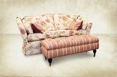 Kasteelbank in bloemstof  De sierkussens zijn ook leverbaar in verschillende stoffen waardoor je met deze meubelen geheel naar eigen keuze kan spelen met de variatie van deze stoffen, patronen en kleuren voor een eigentijdse landelijke inrichting. Creëer deze eigentijdse mix met een klassiek meubel in moderne trendy kleuren bij Country Life Style. Sofas, Love Seat, Lounge, Couch, Country Living, Furniture, Google, Home Decor, Airport Lounge