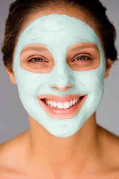 Teebaumöl ist bekannt für seine desinfizierende und beruhigende Wirkung und steckt deshalb in vielen Kosmetikprodukten. Für eine Anti-Pickel-Maske
