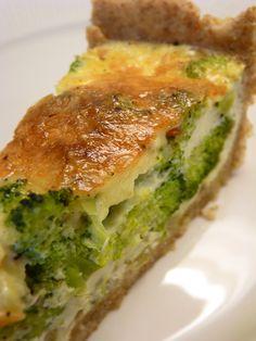 Recept på Broccolipaj. Enkelt och gott. Broccoli innehåller många nyttiga näringsämnen men det kan vara svårt att veta hur man ska tillaga laga den. Med en god och knaprig pajbotten blir den extra festlig. Äggstanning ger en krämig fyllning och pajen är väldigt god att servera på buffé.
