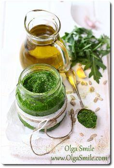 Pesto z rukoli Czasami lubię zaszeleść w kuchni. Pesto z rukoli jest tańszą alternatywą dla klasycznych odmian tej pasty. Pesto z rukoli aromatyczne, pikantne w smaku i wyraziste sprawdza się z powodzeniem w wielu codziennych daniach.