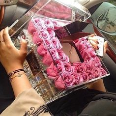 Forget your typical boring bouquet 💐 Maison des fleurs Más Flower Box Gift, Flower Boxes, Decoration Chic, Decorations, Birthday Goals, Luxury Flowers, Luxury Gifts, Girly Things, Diy Gifts