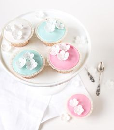 Sitruunaiset kuppikakut // Lemon & Vanilla Cupcakes Food & Style Emma Iivanainen, Painted By Cakes Photo Emma Iivanainen www.maku.fi