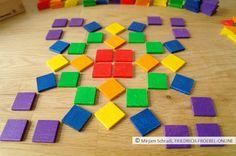 Mandala mit farbigen Quadraten der Spielgabe 7