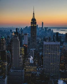 Vista desd Top of the Rock. NYC.  Podéis seguir mis hashtag #vidacallejerafotos o #sergiobejar para más fotos.  #nyc #newyorkcity #empirestate #topoftherock #oneworld #lower #manhattan #newyork #travelAwesome #igers #nikon #nikontop #newyorkarea #sunset #atardecer #river