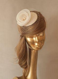 BRAUT Krinoline Fascinator mit Elfenbein Schleier von Ancora Boutique auf DaWanda.com