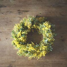 【ドライフラワーを愉しむ】第2話:春をはこぶミモザのリース、長持ちする作り方 Green Flowers, Floral Flowers, Flower Art, Floral Wreath, Ikebana Flower Arrangement, Flower Arrangements, Lush Beauty, Funeral Tributes, Deco Floral