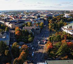 Mannerheimintie, oikealla Finlandia-talo, vas. Kansallismuseo, Helsinki