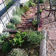 Outdoor Life, Outdoor Living, Green Garden, Diy And Crafts, Sidewalk, Home And Garden, Cottage, Exterior, Flowers