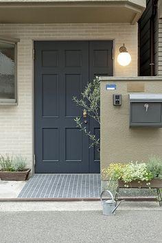玄関ポーチで差が出るプロの技|SUVACO(スバコ) リフォーム・リノベーション会社:DEN PLUS EGG「兵庫県D邸」 House Styles, House Design, House Designs Exterior, House, Lake Condos, Muji Home, House Front, Door Design, House Exterior