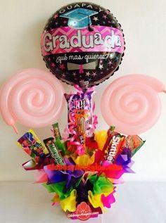 adornos de mesa de graduacion decoracion para centro de Birthday Candy, Diy Birthday, Birthday Gifts, Candy Bouquet Diy, Money Bouquet, Diy Graduation Gifts, Graduation Cupcakes, Cute Gifts, Diy Gifts