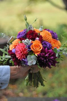 October bouquet Love the style of this bouquet, From Linda Doan. #localflowers