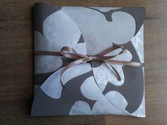 Cómo hacer un envoltorio de regalo fácil con restos de papel | Aprender manualidades es facilisimo.com