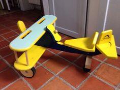 Holzflugzeug auf Rollen für unsere Kleinen (1-3Jahre), aufgearbeitet!Mit diesem liebevoll gestalteten und farbenfrohen Rutscher Flugzeug aus Holz kann Ihr Liebling durch sein Kinderzimmer fliegen.Der Propeller des Rutschers lässt sich drehen. Das Segel an der Rückseite kann nach rechts und links bewegt werden.Der große Sitz bietet ausreichend Platz für den kleinen Flieger.Dieses bunte Rutscher Flugzeug ist für kleine Überflieger ab dem 12. Lebensmonat geeignet und hat folgende Maße:Höhe: 42…