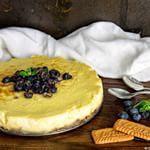 Cheesecake agli Speculoos e sciroppo d'acero con mirtilli e menta fresca. La ricetta di Contemporaneo Food per Bigodino.it  Vi dico solo che non riuscivo a smettere di mangiarla!