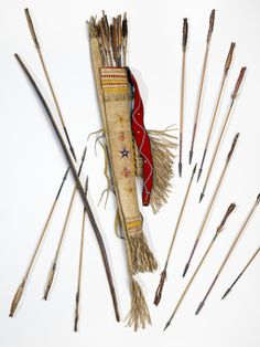 1880 - Chiricahua Apache quiver, bow & arrows - National Museum of the American Indian Native American Crafts, Native American Artifacts, Native American Tribes, American Indian Art, Native American History, American Indians, Early American, Apache Indian, Native Indian