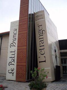 """Entrada de la biblioteca """"Ciudad de libros"""" en Aix, Francia."""