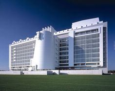 Federal Courthouse, Location: Central Islip NY, Architect: Richard Meier and Spector Group Contemporary Architecture, Art And Architecture, Architecture Details, Chinese Architecture, Futuristic Architecture, Richard Meier, Richard Neutra, Unusual Buildings, Modern Buildings