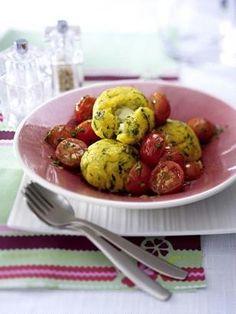 Polenta-Bällchen mit Käsefüllung und gebratenen Tomaten
