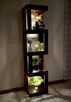 Esquinero con Luz Mod Z3. Cuenta con dos faros halogenos de 50 watts y 4 espacios para decorado. 3 Repisas con Cristal. Disponible en www.natdeco.jimdo.com