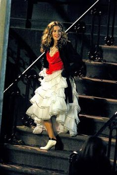 ruffled white skirt- red shirt - stairs --- Sarah Jessica Parker - SATC - Carrie Bradshaw - set - sex and the city Carrie Bradshaw Estilo, Carrie Bradshaw Outfits, Sarah Jessica Parker, Looks Street Style, Looks Style, Rick Ross, Full Skirts, White Skirts, Party Fashion