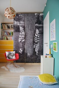 Love this giant photo canvas in a kids bedroom, along with turquoise wall accents. And that balsa wood lamp is to die for!
