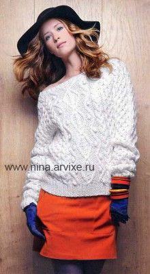 Белый вязаный свитер спицами с косами