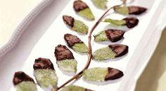 Чтобы у нас получился вкусный десерт из мятных листьев в шоколаде, берем: 1 пучок мяты, 1 яичный белок, 75 г сахара и 75 г темного шоколада.  Итак, чтобы приготовить этот шоколадный десерт из мятных листьев, сначала мяту разбираем на листья. Большие листики моем и тщательно обсушиваем салфетками. Маленькие откладываем (их можно использовать для украшения других блюд)).  Слегка взбиваем белок. На плоское блюдо высыпаем сахар. Asparagus, Deserts, Vegetables, Ethnic Recipes, Food, Studs, Essen, Postres, Vegetable Recipes