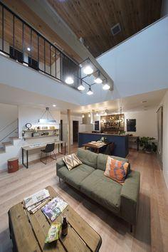吹き抜けのあるカリフォルニアスタイルのリビング Loft Ideas, California Style, Room, House, Attic Ideas, Bedroom, Home, Rooms, Homes
