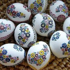 kraslice - drobný motiv - fotoalba ulivatelu - D? Polish Easter, Egg Shell Art, Egg Tree, Easter Egg Designs, Ukrainian Easter Eggs, Easter Egg Crafts, Easter Traditions, Egg Decorating, Stencils