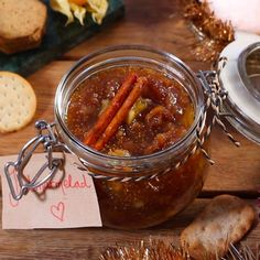 Gör egen julmarmelad - det är enkelt och blir väldigt gott. Perfekt att ha till kex och ostbricka. Tips! När marmeladen är klar, sätt på locket och ställ burken upp och ner och låt svalna för att skapa vakuum. Du kan också göra egna etiketter och ge bort din marmelad som julklapp.