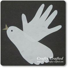 Para fazer essa linda pombinha branca da paz a própria criança risca o pezinho e a mão na folha e em seguida, corta. Depois, basta m...