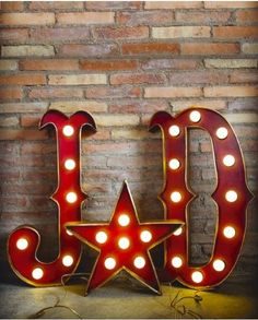 Letras y figuras luminosas para decorar tu boda (La factoría shop)