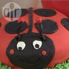 Ein Marienkäfer Kuchen für den Kindergeburtstag mit genauer Anleitung und Schritt für Schritt Bildern. Die Marienkäfer Torte wird komplett mit Fondant eingekleidet, der perfekte Kindergeburtstagskuchen, wenn man eine Motivtorte für einen Mädchen Geburtstag sucht. Marienkäferkuchen, Frühlingskuchen, Geburtstagskuchen @ de.allrecipes.com