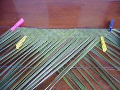 Flax Weaving, Weaving Art, Basket Weaving, Maori Patterns, Flax Flowers, Maori Art, Weaving Techniques, Knitted Hats, Paper Crafts