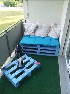 Palettenmöbel eignen sich auch prima für kleinere Balkons :)