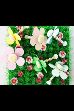Deze vrolijke bloemenlolly vinden de kids leuk om mee te trakteren. Dit heb je nodig: Snoepkettingen Lolly's Tum tum Eetbaar papier om bloemen te maken Schaar Grasveld (o.a. te koop bij de Xenos) Zo maak je het: Knip bloemen uit eetbare papier. Steek de lolly door het midden van de bloem. Rijg de kraaltjes van de snoepketting aan het stokje van de lolly. Sluit af met een tum tum.