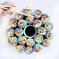 Organically dyed rice with beet root powder and blue spirulina makes for a delish diy sushi treat! From Skinnyfit on Facebook Dessert Chef, Onigirazu, Unicorn Foods, How To Make Sushi, Sushi Art, Diy Sushi, Rainbow Food, Rainbow Rice, Food Trends