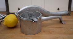 Presse fruits VITAM PRESS en fonte d'aluminium /Vintage Wear ever Juicer / Aluminum hand press juicer / Press citrus-fruit cast aluminum de la boutique LaMachineaBrocantes sur Etsy