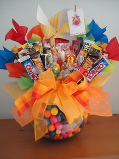 dilocondulces.com.mx – Los mejores regalos con un dulce mensaje. Birthday Candy, Diy Birthday, Birthday Gifts, Candy Bouquet Diy, Gift Bouquet, Candy Arrangements, Candy Cakes, Chocolate Bouquet, Candy Gifts