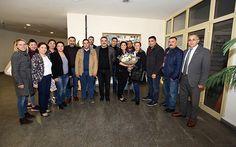 """İncirliova CHP İlçe örgütü Aydın Büyükşehir Belediye Başkanı Özlem Çerçioğlu'nu makamında ziyaret etti. Ziyarete İncirliova CHP ilçe Başkanı Cemal Özbay, İncirliova CHP Kadın Kolları Başkanı Gülnaz Kocaoğlu, İncirliova CHP Gençlik Kolları Başkanı Mehmet Aytürk ve ilçe yönetim kurulu üyeleri katıldı. """"BÜYÜKŞEHİR BELEDİYE BAŞKANIMIZIN YANINDAYIZ"""" Özbay, İncirliova'da Sayın Başkan Özlem Çerçioğlu'na duyulan sevgi ve selamları iletmek üzere yeni yönetimimizle tanışma ziyareti yaptıklarını…"""