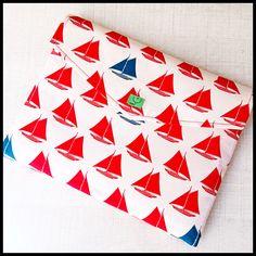 V létě se vydáváme nejrůznějšími dobrodružstvími. Pokud jste ti šťastní, kteří se vydají na plavbu po mořích a oceánech, nesmí vám na ní chybět tento stylový obal s plachetnicemi na elektronického … Bios, Macbook, Playing Cards, Quilts, Blanket, Comforters, Blankets, Quilt Sets, Shag Rug